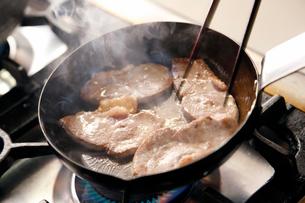 鴨蕎麦のかもを焼いている工程写真の写真素材 [FYI01755165]