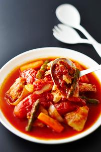 白身魚とトマトの煮込みの写真素材 [FYI01755175]