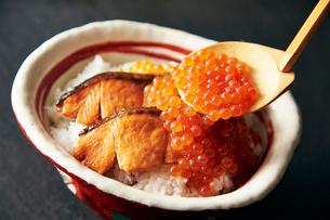 鮭の親子丼の写真素材 [FYI01755200]