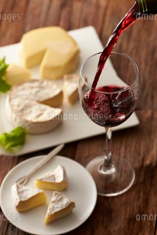 赤ワインとカマンベールチーズの写真素材 [FYI01755202]