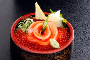 鮭の親子丼の写真素材 [FYI01755235]