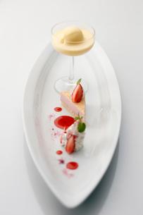 イチゴのムースとブランマンジェの写真素材 [FYI01755297]