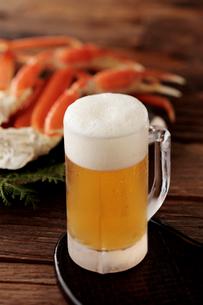 ビールとズワイガニの写真素材 [FYI01755333]
