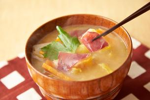 サツマイモの味噌汁の写真素材 [FYI01755341]