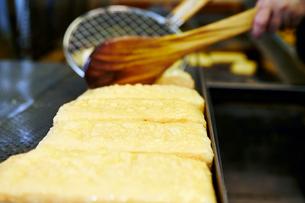 揚げだし豆腐を揚げている工程写真の写真素材 [FYI01755382]
