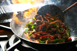 青椒肉絲を作っている工程写真の写真素材 [FYI01755397]