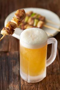 ビールと焼き鳥の写真素材 [FYI01755412]