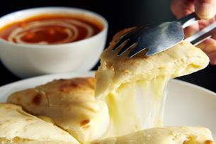 インドカレーとチーズナンの写真素材 [FYI01755476]