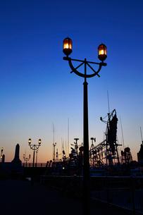 幣舞橋とイカ釣り漁船イメージの写真素材 [FYI01755499]