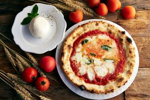 ピザ,マルゲリータとモッツァレラチーズの写真素材 [FYI01755543]