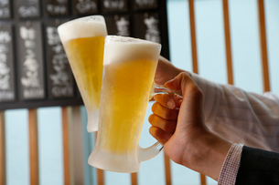 ビールジョッキで乾杯の写真素材 [FYI01755637]