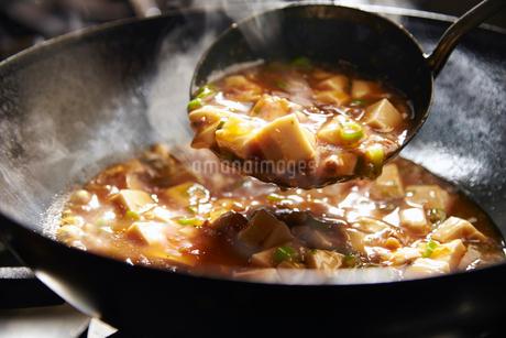 麻婆豆腐を作っている工程写真の写真素材 [FYI01755709]