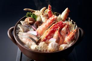 タラバカニとえびの寄せ鍋の写真素材 [FYI01755878]