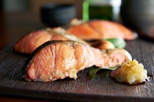 焼き魚(紅鮭)の写真素材 [FYI01755927]