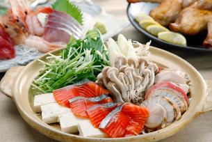 鮭とホタテの海鮮鍋のイメージ写真の写真素材 [FYI01755968]