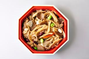 キノコの混ぜご飯の写真素材 [FYI01756088]