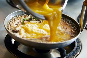 玉子丼を作る工程写真の写真素材 [FYI01756107]