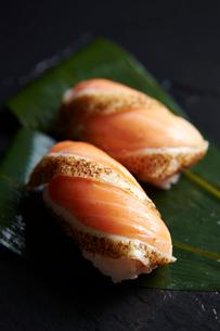 炙りサーモン握り寿司の写真素材 [FYI01756129]