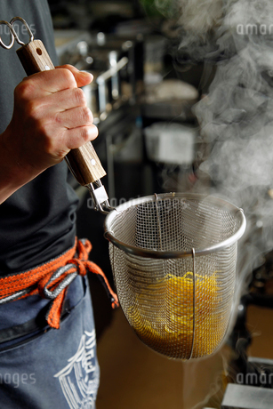 ラーメンの麺をゆでている工程の写真素材 [FYI01756182]