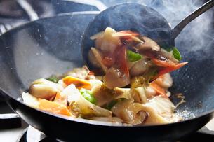 八宝菜を作っている工程写真の写真素材 [FYI01756213]