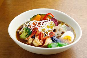 海老と野菜のスープカレーの写真素材 [FYI01756239]