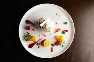 ケーキとフルーツのプレートの写真素材 [FYI01756280]