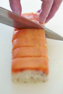 鮭の押し寿司を切る工程写真の写真素材 [FYI01756290]