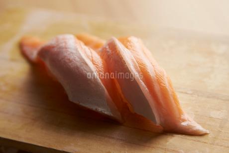 トロサーモン握り寿司の写真素材 [FYI01756430]