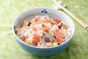 鮭の混ぜご飯の写真素材 [FYI01756439]