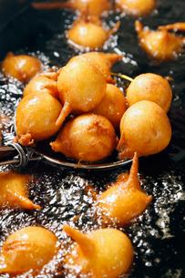 揚げ芋を揚げている工程の写真素材 [FYI01756461]