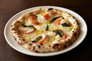 モッツァレラチーズとトマトピッツァの写真素材 [FYI01756500]