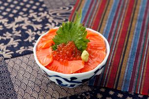 鮭の親子丼の写真素材 [FYI01756511]