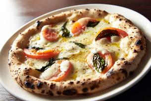 モッツァレラチーズとトマトピッツァの写真素材 [FYI01756572]