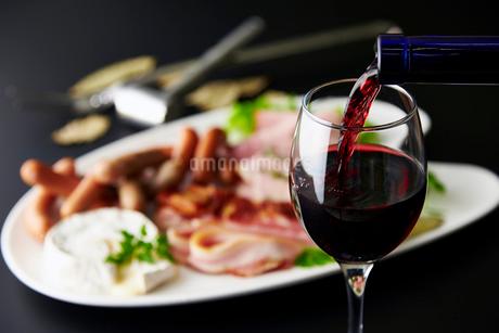 ベーコン,ウインナー,ハム,カマンベールチーズとワインの写真素材 [FYI01756690]