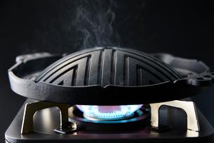 ジンギスカンの鍋の写真素材 [FYI01756811]
