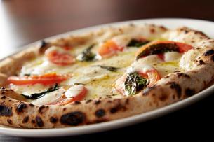 モッツァレラチーズとトマトピッツァの写真素材 [FYI01756954]
