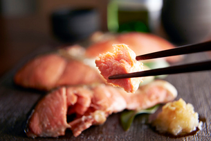 焼き魚(紅鮭)の写真素材 [FYI01757042]