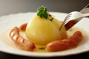 玉ねぎまるごと煮の写真素材 [FYI01757051]