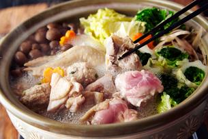 塩ちゃんこ鶏肉と鶏団子の鍋の写真素材 [FYI01757132]