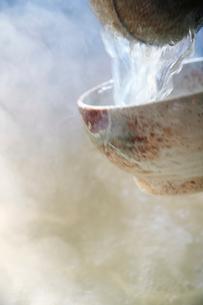 うどんの麺を茹でている工程写真の写真素材 [FYI01757229]