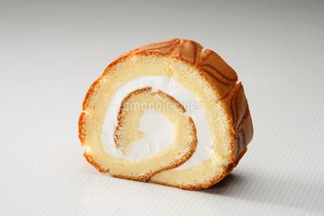 あっさりクリームのロールケーキの写真素材 [FYI01757235]