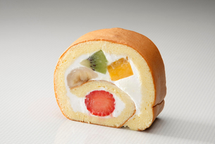 フルーツケーキ風のロールケーキの写真素材 [FYI01757249]