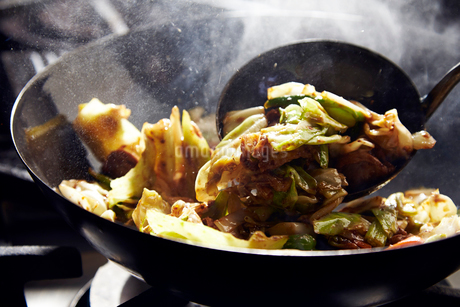 回鍋肉を作っている工程写真の写真素材 [FYI01757261]