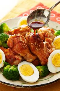 鶏手羽元の黒酢煮の写真素材 [FYI01757279]