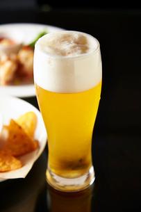 ビールとおつまみの写真素材 [FYI01757315]