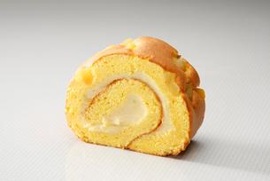 スウィートポテトのロールケーキの写真素材 [FYI01757340]