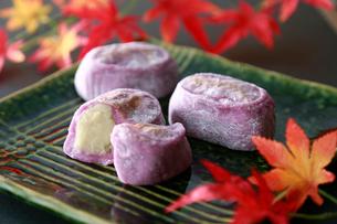紫芋大福の写真素材 [FYI01757379]