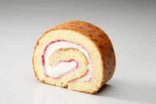 チーズケーキ風のロールケーキの写真素材 [FYI01757417]