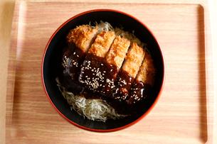 ソースとんかつ丼の写真素材 [FYI01757460]