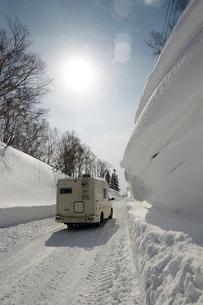 冬道を走るキャンピングカーの写真素材 [FYI01757479]